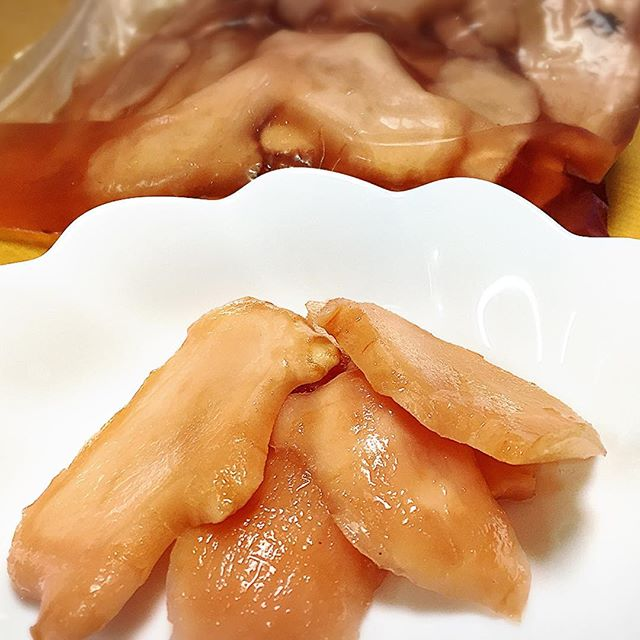 新生姜を梅酢に漬けました。梅酢は、梅干し作る時に、梅と赤紫蘇を漬け込んだ液のコト。赤紫蘇が、多いともっといい色になるんだけど今年は、控えめ︎#手作り #自家製 #紅生姜 #実穂つなこ