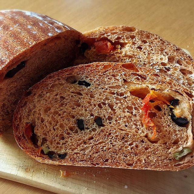 ドライトマトとオリーブ2種と粉チーズってきたらイタリアンだよね?だから、イタリアンカンパーニュお土産に持ってくの#実験パン職人 #実穂つなこ #ぱん #パン #bread #カンパーニュ #イタリアンカンパーニュ #ドライトマト #オリーブ #粉チーズ