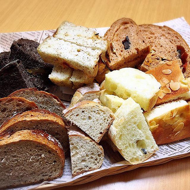 自宅でパンバイキング♪自分で作ったパン(後ろ3つ)Ecole Levain D'antanというパン教室に通ってる方から頂いたミルクティーでこねたパン(左手前)とブッタークーヘン(右手前)手前真ん中2個は鎌倉土産のパン贅沢っ!!父、ブッタークーヘンがお気に入り